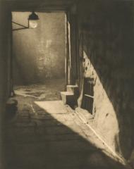 15:5, I. Wier's Close, Edinburgh, by Alvin Langdon Coburn, July 1906
